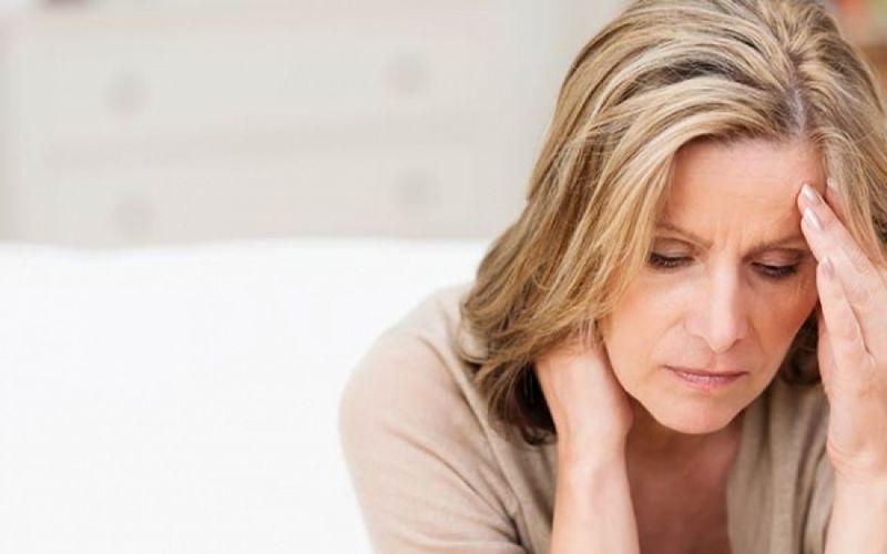 Αν η ξηρότητα οφείλεται στην εμμηνόπαυση, απαραίτητη η επίσκεψη στον γυναικολόγο.