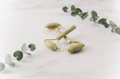 Το jade roller είναι μία από τις πιο διαδεδομένες τάσεις στην ρουτίνα ομορφιάς πολλών celebrities και influencers.