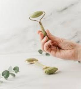 Ο λόγος για τον οποίο το jade roller είναι τόσο διάσημο και αποτελεί αγαπημένο εργαλείο ομορφιάς είναι ότι είναι απλό στη χρήση, έχει υπέροχη ανακουφιστική αίσθηση, δεν είναι ιδιαίτερα ακριβό και δημιουργεί την αίσθηση ότι έχουμε ένα εργαλείο σπα στο σπίτι μας.