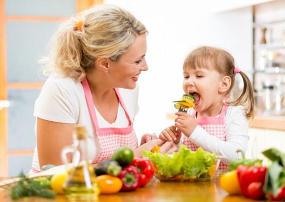 Πως θα μάθει το παιδί να τρώει σωστά;