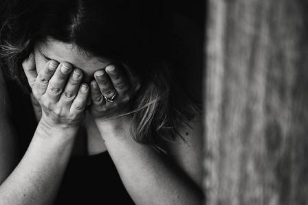 Οι καταθλιπτικές σκέψεις και η πεσμένη διάθεση επηρεάζουν τόσο τον ασθενή που να μην μπορεί να συγκεντρωθεί για αρκετή ώρα σε κάποια συγκεκριμένη δραστηριότητα.
