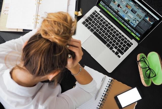 Η έννοια της επαγγελματικής εξουθένωσης (burnout) εμφανίζεται ολοένα και περισσότερο τα τελευταία χρόνια και έχει απασχολήσει ιδιαίτερα τους ψυχολόγους και τους κοινωνιολόγους.