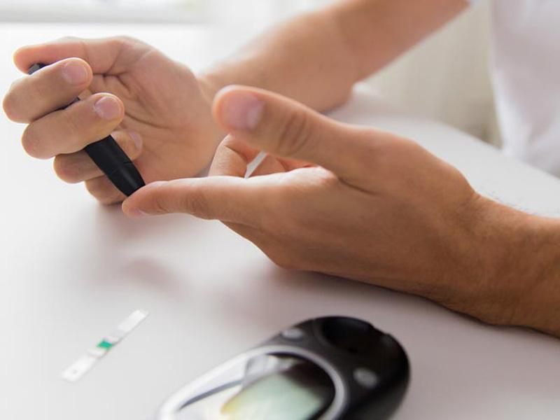 Κάθε διαβητικός ασθενής θα πρέπει να ελέγχει, σε περίπτωση αυξημένης υπεργλυκαιμίας, τα κετονικά σώματα στα ούρα ή στον ορό του αίματος.
