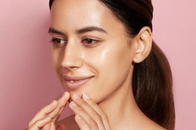 Οι αιτίες τουλιπαρού δέρματοςείναι πολλές και διαφορετικές, συμπεριλαμβανομένου του στρες, της υγρασίας, της κληρονομικότητας και των αυξομειώσεων των ορμονών.