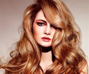 Εάν σας αρέσουν τα μακριά μαλλιά, μπορείτε άνετα να τα υποστηρίξετε ακόμη και αν έχετε στρογγυλό πρόσωπο.