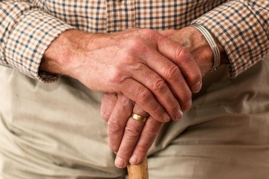 Ένα από τα πρώιμα σημάδια της συγκεκριμένης νόσου είναι η ακαμψία των αρθρώσεων, η οποία εμφανίζεται συνήθως στα δάχτυλα.