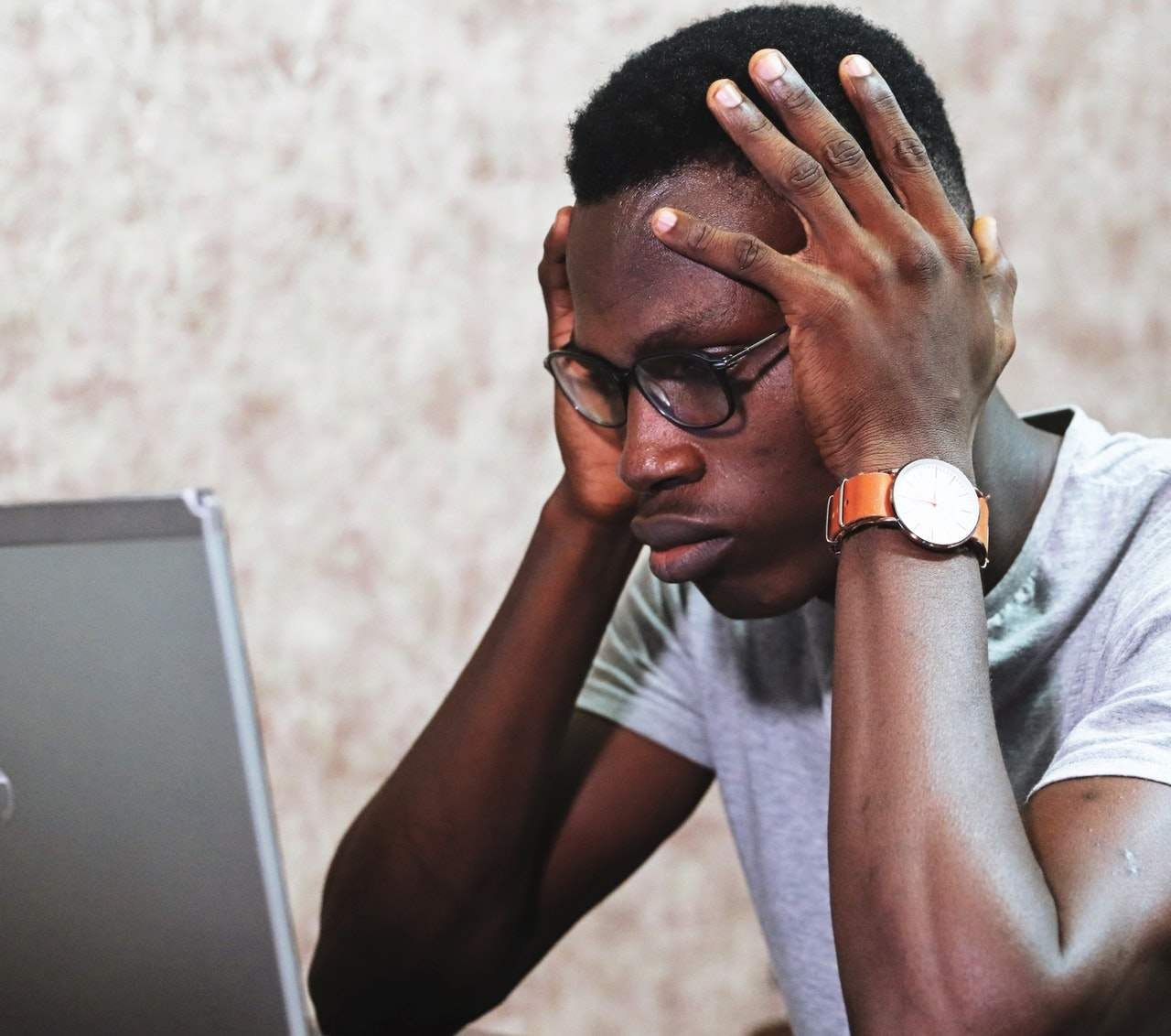 Tο «burnout» δεν σχετίζεται με το πόσες ώρες εργάζεται κάποιος, αλλά με το πόσο ικανοποιημένος είναι από την εργασία του και με το πως είναι οργανωμένος ο εργασιακός του χώρος.