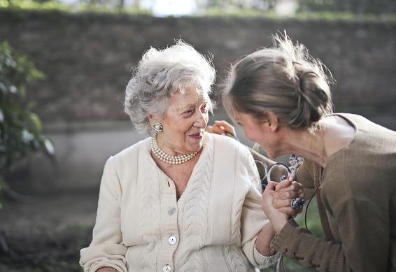 Η έγκαιρη διάγνωση της άνοιας έχει μεγάλη σημασία γιατί δεν επηρεάζει μόνο τον ίδιο τον ασθενή, αλλά και τον στενό οικογενειακό κύκλο του.