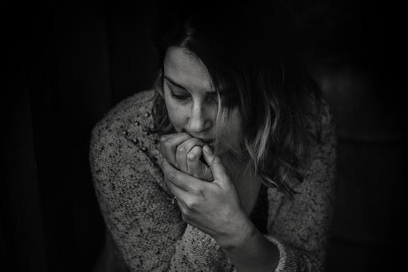 Συχνά το άτομο παραπονιέται ότι αισθάνεται κούραση, σαν να μην έχει καθόλου ενέργεια ή διάθεση για ζωή.