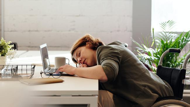 Ένα άτομο που πάσχει από ρευματοειδή αρθρίτιδα αισθάνεται εξαντλημένο.