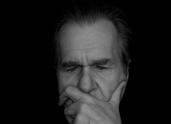 Ο ασθενής μπορεί να θυμάται με λεπτομέρεια ιστορίες από τα νεανικά του χρόνια, αλλά να δυσκολεύεται να θυμηθεί πιο πρόσφατα γεγονότα.