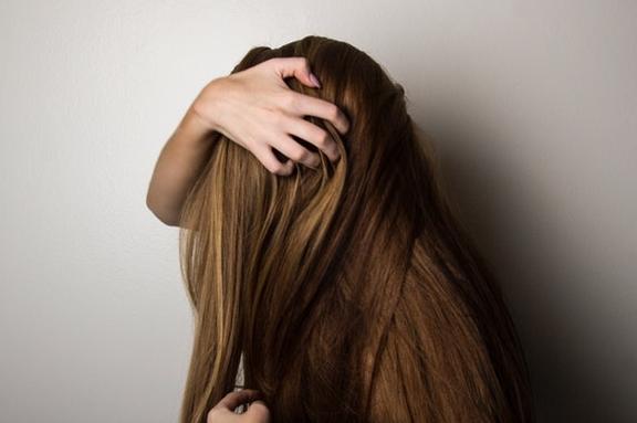 Οι χαμηλές θερμοκρασίες του χειμώνα μπορεί να αποτελούν πρόκληση για τα μαλλιά μας.