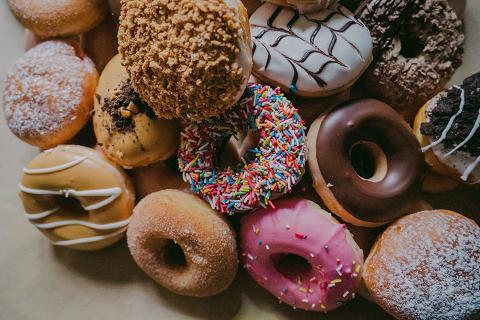 Τα γλυκά περιέχουν κατά βάση ζάχαρη σε διάφορες μορφές που προκαλεί εθισμό.