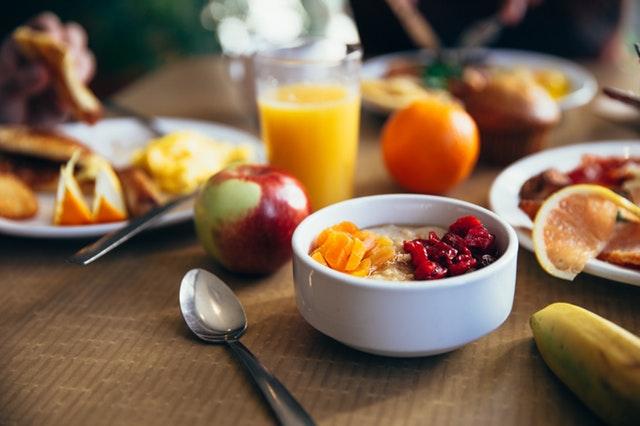 Οι ώρες των γευμάτων έχουν ιδιαίτερα μεγάλη σημασία όταν θέλουμε να χάσουμε κιλά –σχεδόν όση έχουν η ποσότητα και η ποιότητά τους.