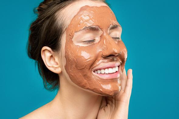 Με τη βοήθεια της αργίλου μπορείτε να εξαφανίσετε τα μαύρα στίγματα από το πρόσωπό σας.