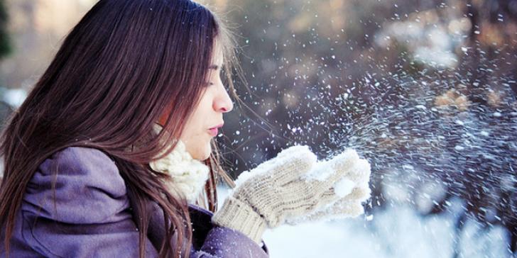Το κρύο και ο ψυχρός αέρας μπορούν επίσης να προκαλέσουν ξηρότητα, ερεθισμό ή ακόμη και σπασίματα στο δέρμα του προσώπου και του σώματος.